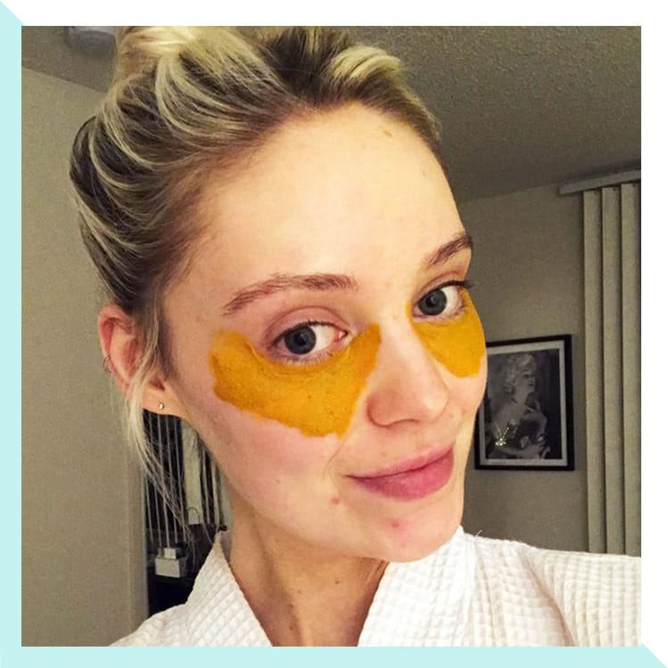 Homemade gold mask to remove the acne