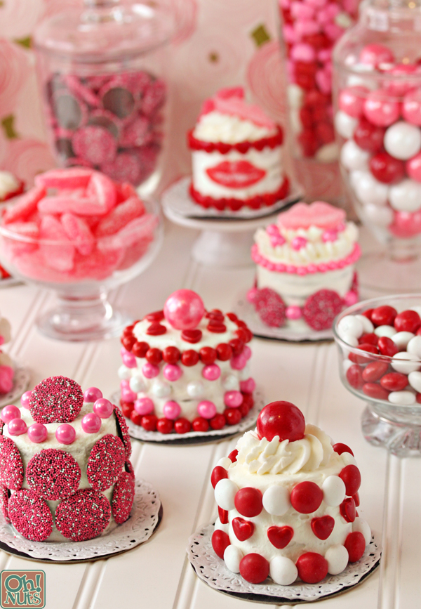 Simple and cute Valentine's Day mini cakes