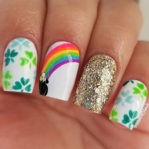 Short and simple white St Patrick & # 39; s Day nails