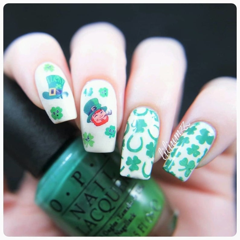 White St. Patrick & # 39; s Day nail art with nail stickers