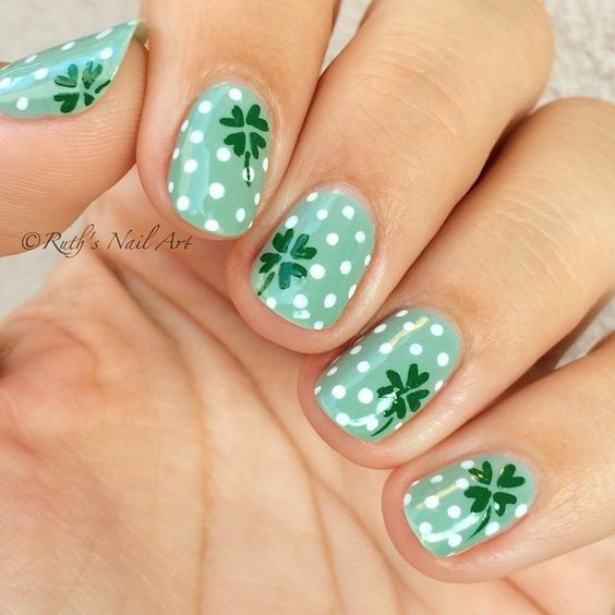 Short St. Patrick & # 39; s Day Nails with Clover Nail Art