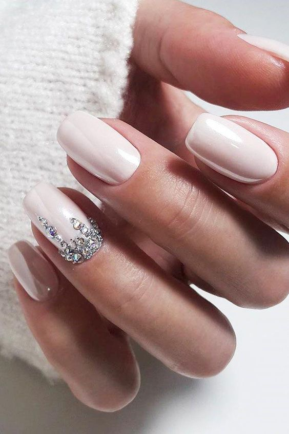 Light pink short wedding nails for bride