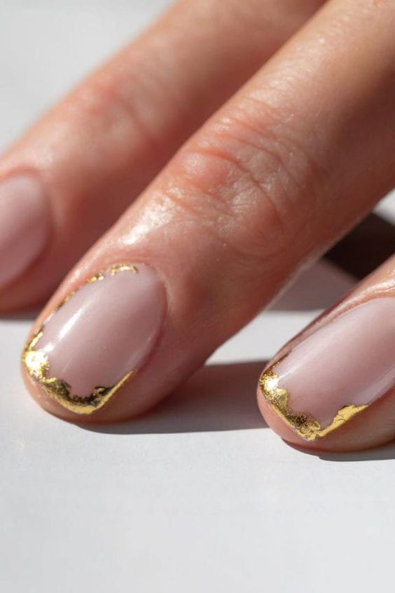 Short wedding nails for bride with gold foil