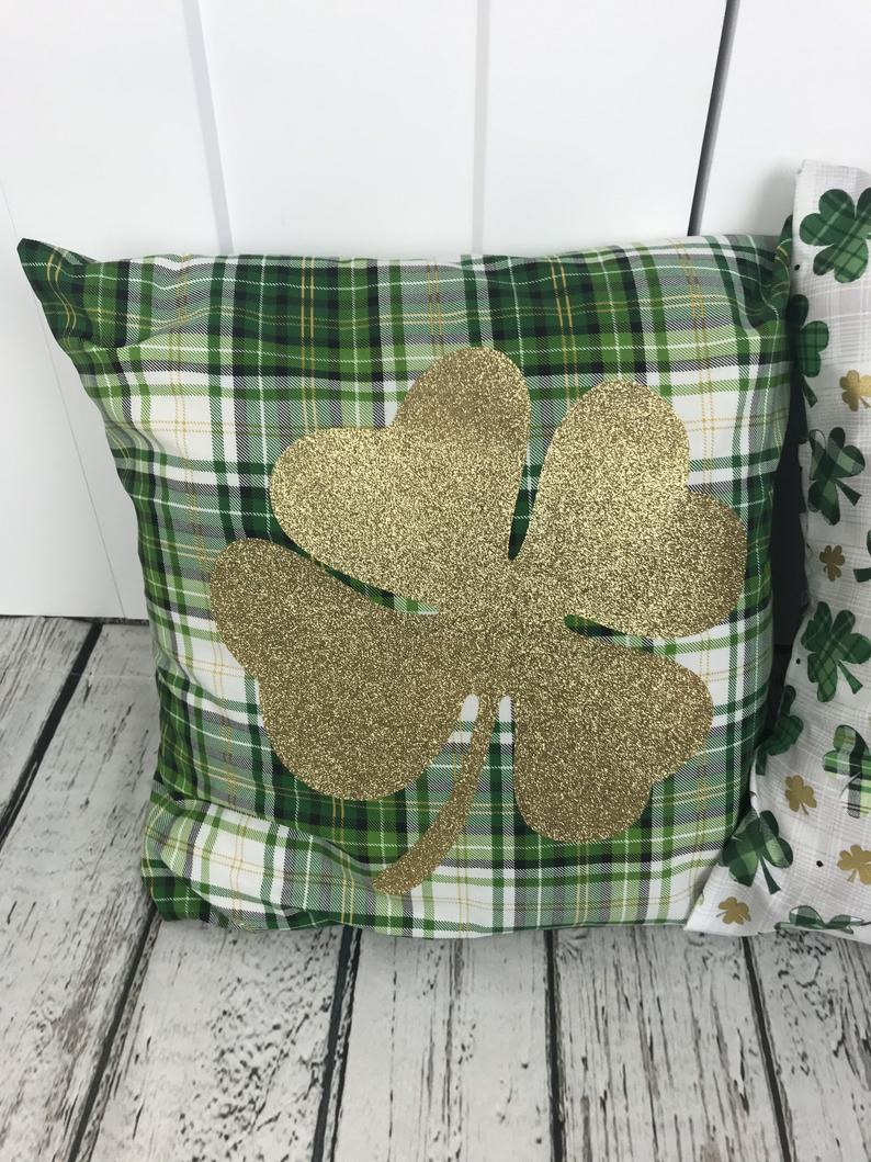 Decoration ideas for St. Patrick & # 39; s Day - clover pillow cases