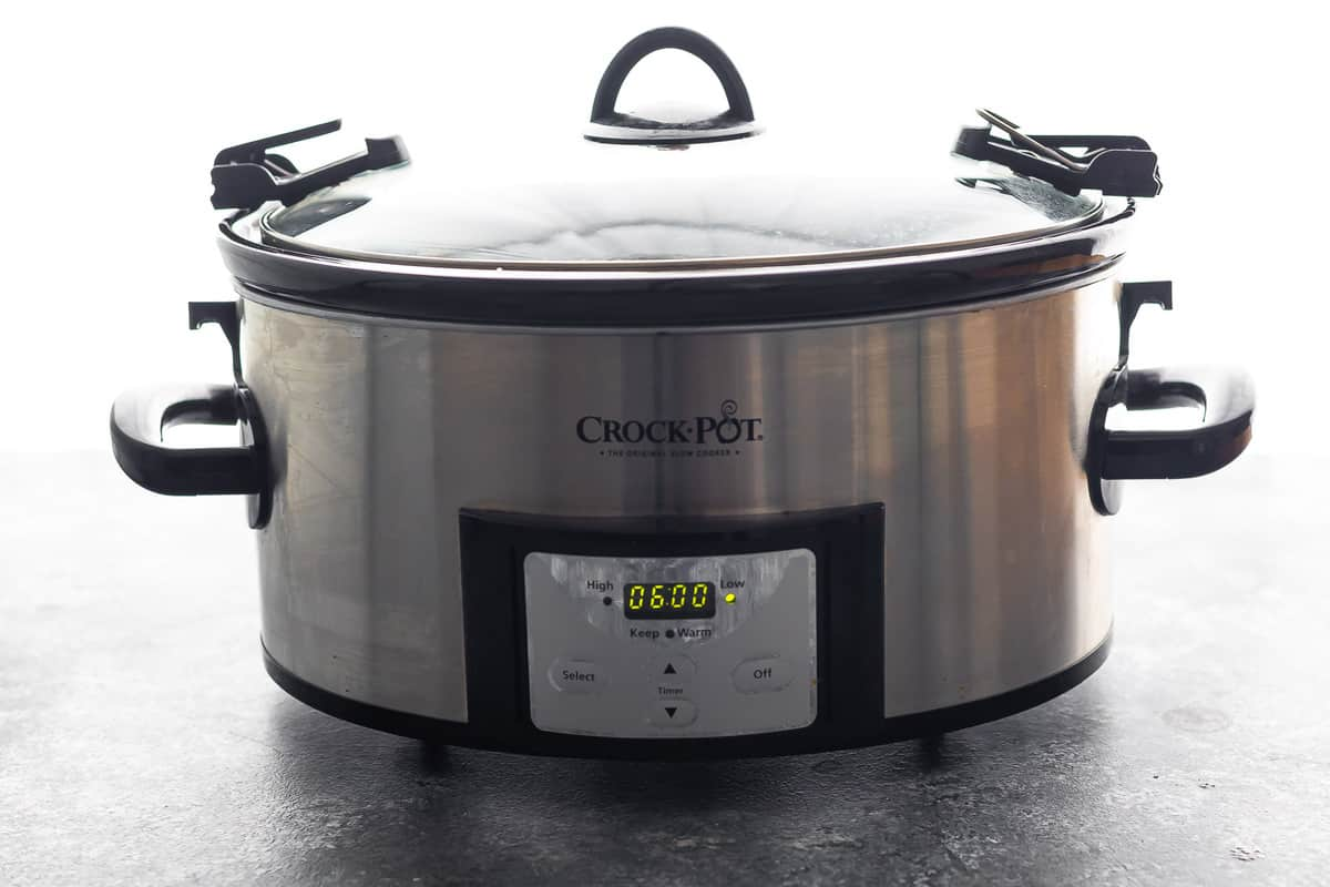 Slow cooker programmed on the screen for 6 hours