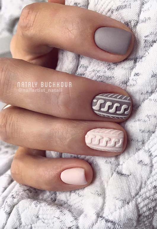 Short matte gray and pink sweater nails