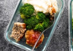 Low-carb meatballs and cauliflower paste