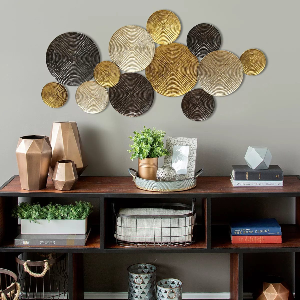 Round wall plates made of metal and gold
