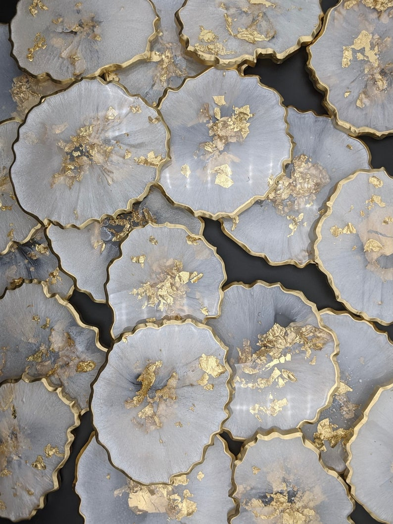Coaster made of white marble and gold agate