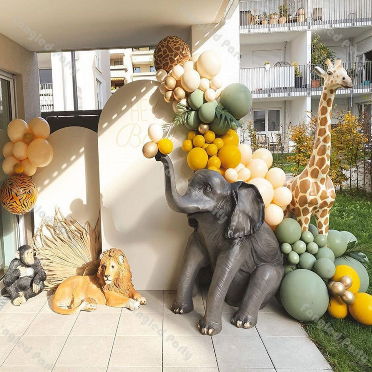 Safari birthday party decor with elephant, lion and giraffe and balloons