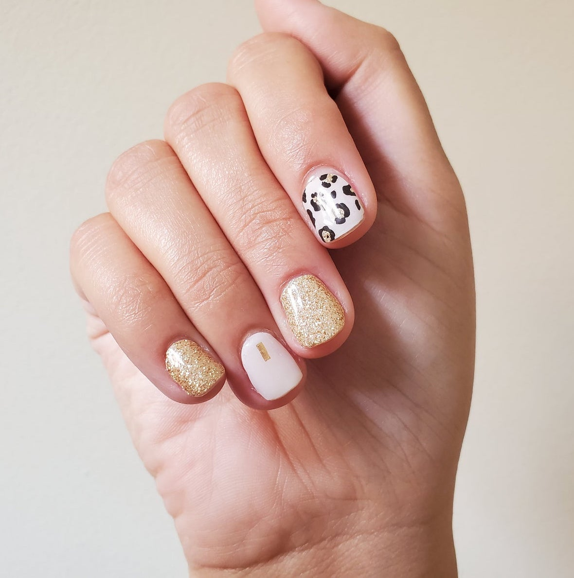 Short nails in pink and leopard print with gold glitter