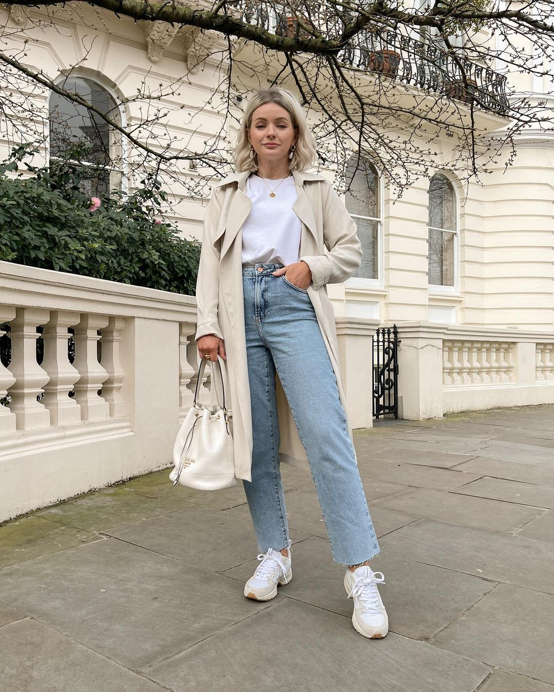 Plain plain white t-shirt and trench coat to combine with mom jeans