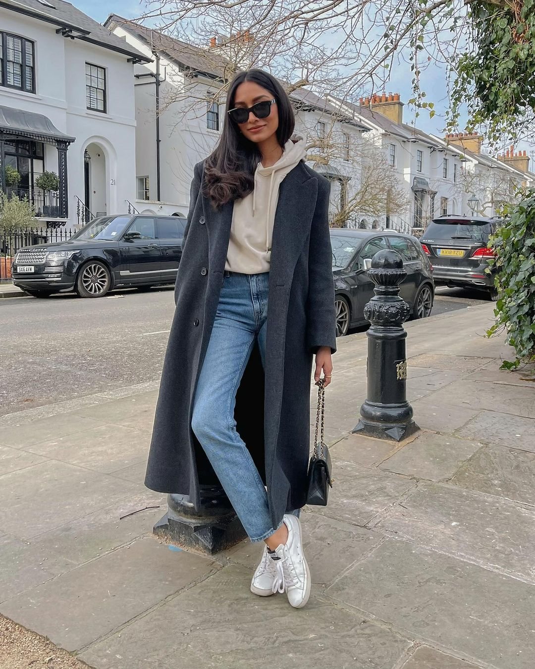 Hood and trench coat style for combinations with mom jeans